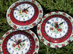 A difference is to be expected with hand painted clocks !